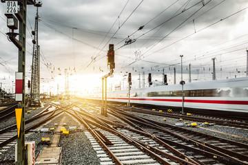 In de dag Spoorlijn Zug verlässt Frankfurter Bahnhof