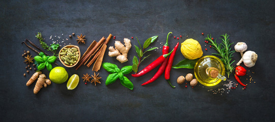 Photo sur Plexiglas Herbe, epice Fresh aromatic herbs and spices for cooking