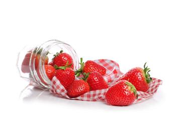 pot de fraises sur fond blanc