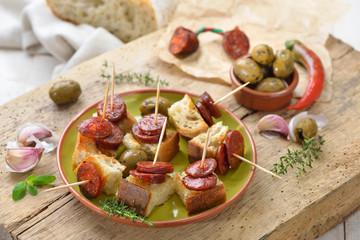 Printed roller blinds Buffet, Bar Spanische Pinchos: Angebratene scharfe Chorizo Paprikasalami auf geröstetem Weißbrot serviert