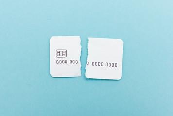 Kaputte Kreditkarte aus Papier - zerrissen