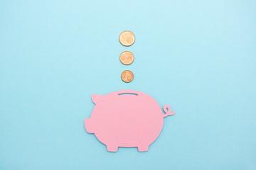 Geld sparen - Cent Münzen fallen in ein Sparschwein