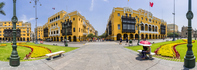 Panoramablick vom Lima Hauptplatz den Plaza de Armas mit Regierungsgebäude