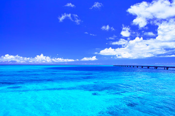 真夏の宮古島・下地空港の誘導灯のある海