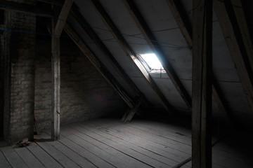 alter düsterer Dachboden mit Dachfenster