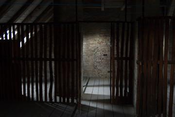 alter düsterer Dachboden