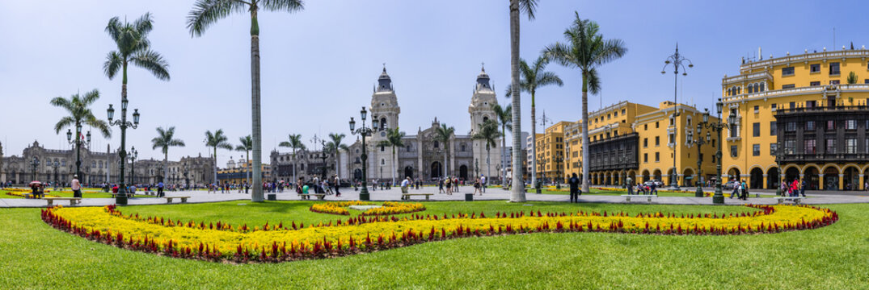 Panoramablick vom Lima Hauptplatz den Plaza de Armas mit Kathedrale von Lima in Peru