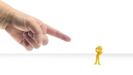 Jemand zeigt mit dem Zeigefinger auf ein kleines Männchen
