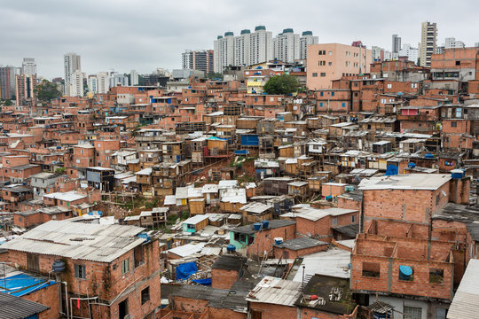 """Paraisopolis"" shanty town with high standard buildings in the background."