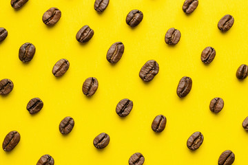 Poster Salle de cafe Coffee beans pattern on yellow background
