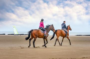 chevaux et chars à voile sur la plage
