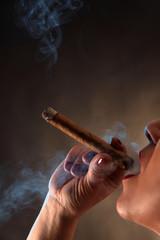 Frau raucht Zigarre