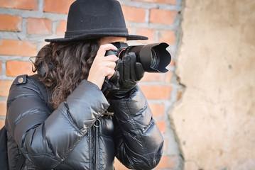 Fotografo spalle al Muro