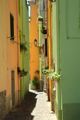 Gasse in Bosa, Sardinien