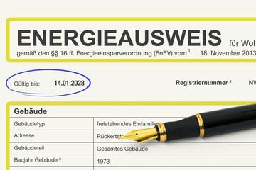 Dokument Energieausweis mit einem Füller