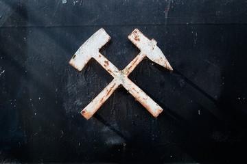 Hammer und Schlägel als Zeichen des Bergbaus