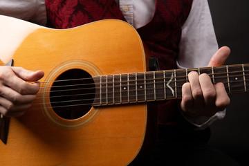 Guitariste jouant de la guitare sèche en acoustique