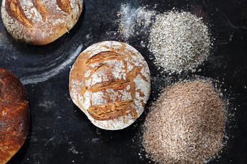 Bochenek świeżego chleba. Kompozycja naturalnych, ekologicznych wypieków piekarniczych.