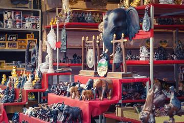 Buddhas und Elefanten Markt Bang Niang