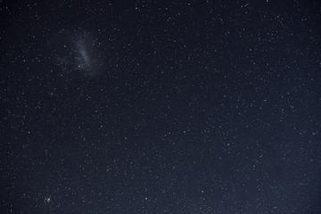 Paisaje con cielo nocturno repleto de estrellas en Nueva Zelanda.