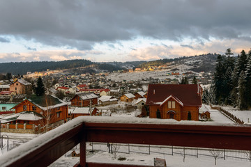 Сельский пейзаж с видом на заснеженные горы.  44/5000 Sel'skiy peyzazh s vidom na zasnezhennyye gory. Rural landscape overlooking the snow-capped mountains.