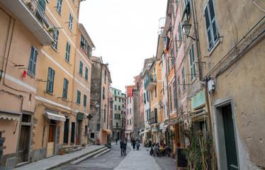チンクエテッレ~険しいリグーリア海岸の5つの村(イタリア・リグーリア州) ヴェルナッツァのメインストリート・ローマ通り