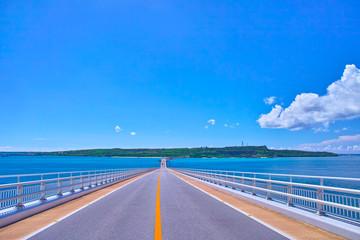 真夏の宮古島、伊良部大橋から見る伊良部島方面の眺望