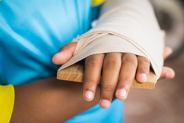 child arm broken elastic round arm