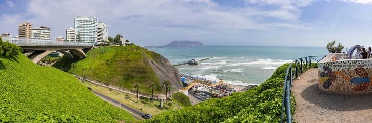 Das moderne Lima an der Steilküste am Pazifik in Peru