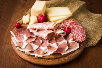 Tagliere di salumi, prosciutti e vari formaggi