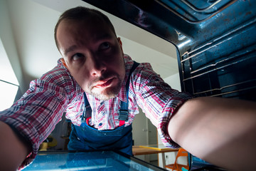 Handyman search the probmen in the oven