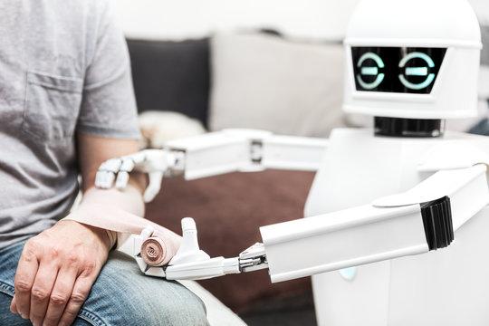 Medizinischer Roboter legt Verband an