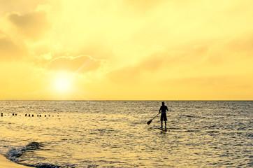 sport nautique au coucher du soleil