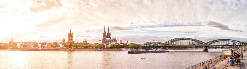 Wall Mural - Köln, Rheinufer mit Dom, Groß St. Martin und Hohenzollernbrücke