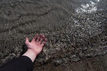 Hand im Wasser
