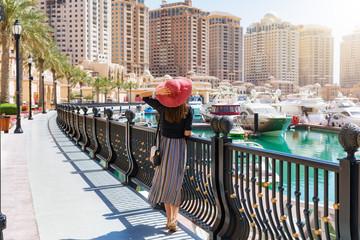 Touristin erkundet die Marina von der Pearl in Doha, Katar