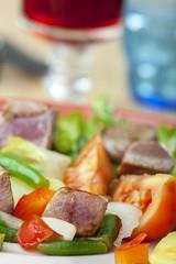 Nahaufnahme von einem Salade Nicoise auf einem Teller