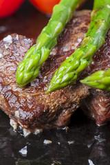 RinderSteak und grüner Spargel in einer Pfanne