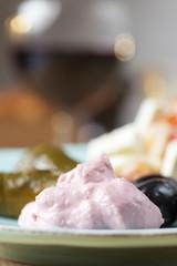 griechische Taramas und gefüllte Weinblätter mit Salat