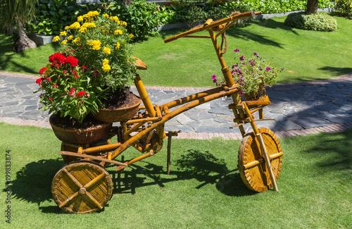 Gartengestaltung. Holz Fahrrad als Blumenständer im Garten ...