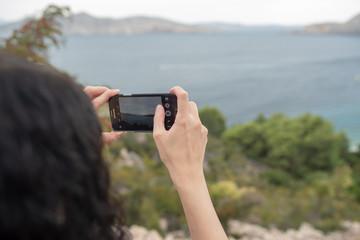 Fotografieren des Mittelmeeres auf Baska mit dem Handy