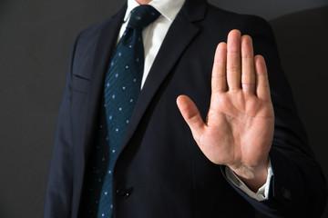 segnale di alt fatto con la mano