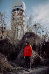 Mann in roter Winterjacke auf dem Teufelsberg