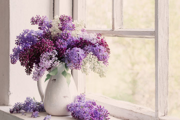 Spoed Fotobehang Lilac lilac in jug on old windowsill background