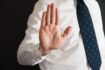 uomo impone lo stop con la mano