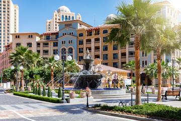 Der mediterrane Medina Centrale Bezirk auf der Pearl in Doha, Katar, an einem sonnigen Tag