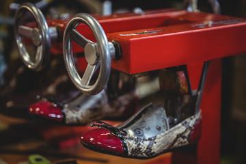 Shoe stretching in stretcher machine