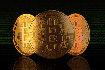 Bitcoin. 3 pièces de bitcoin vue de face sur fond noir