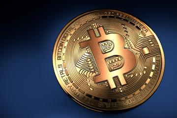 Bitcoin. Pièce de bitcoin dorée gros plan sur fond bleu
