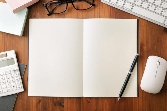 白紙ノート ビジネスイメージ White note. Business desk concept.